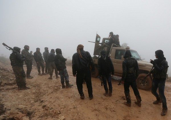 """Các tay súng nổi dậy Syria (FSA) – đồng minh Thổ Nhĩ Kỳ trong chiến dịch """"Cành Ô liu"""" gần núi Barsaya, đông bắc TP Afrin (Syria) ngày 23-1. Ảnh REUTERS"""