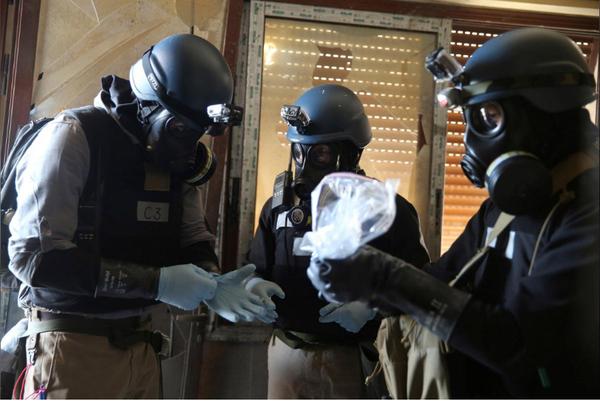 Chuyên gia vũ khí hóa học Liên Hiệp Quốc điều tra hiện trường vụ tấn công bằng vũ khí hóa học ở khu Ain Tarma phía đông Damacus (Syria) ngày 29-1. Ảnh: REUTERS