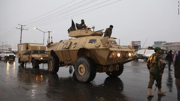 Xe quân đội Afghanistan đến hiện trường vụ tấn công học viện quốc phòng Marshal Fahim ở Kabul hồi tháng 1. Ảnh: CNN