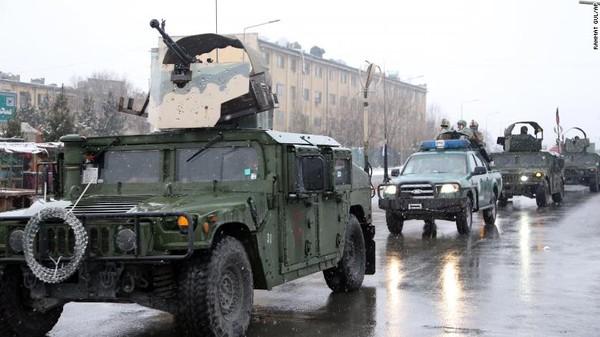 Xe cảnh sát Afghanistan đến hiện trường vụ tấn công học viện quốc phòng Marshal Fahim ở Kabul hồi tháng 1. Ảnh: CNN