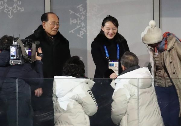Cú bắt tay lịch sử giữa Tổng thống Hàn Quốc Moon Jae-in và bà Kim Yo-jong, em gái lãnh đạo Triều Tiên Kim Jong-un tại lễ khai mạc Thế Vận Hội Mùa Đông Pyeongchang tối 9-2. Ảnh: YONHAP