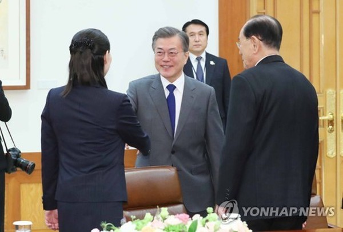 Tổng thống Hàn Quốc Moon Jae-in (giữa) bắt tay với bà Kim Yo-jong (trái) và ông Kim Yong-nam đứng bên phải, trong cuộc gặp hiếm hoi và lịch sử với phái đoàn cấp cao Triều Tiên tại dinh tổng thống ở Seoul ngày 10-2. Ảnh: YONHAP