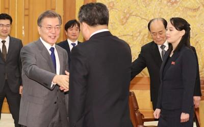 Cuộc gặp lịch sử giữa Tổng thống Hàn Quốc Moon Jae-in và bà Kim Yo-jong cùng phái đoàn cấp cao Triều Tiên tại dinh tổng thống ở Seoul ngày 10-2. Ảnh: YONHAP