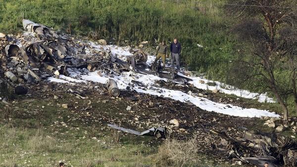 Hiện trường chiếc máy bay F-16 của Israel rơi ở miền bắc nước này ngày 10-2. Ảnh: AP