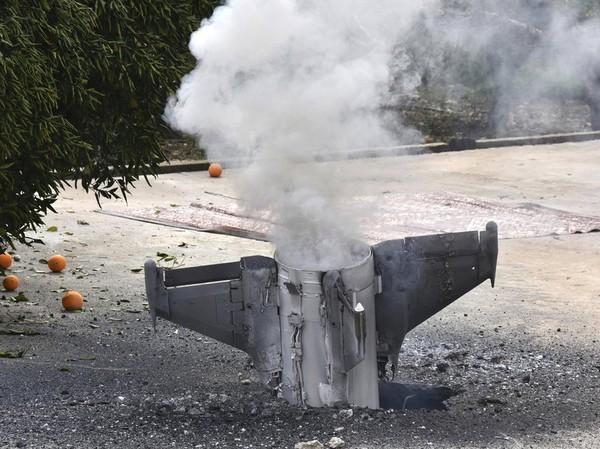 Khói bốc lên từ một tên lửa rơi ở tây nam Lebanon, mà hãng tin quốc gia Lebanon nói do Israel bắn sang Syria mà đi lạc sang Lebannon. Ảnh: AP