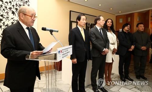 Ngoại trưởng Pháp Jean-Yves Le Drian phát biểu tại đại sứ quán Pháp ở Seoul (Hàn Quốc) ngày 11-2. Ảnh: YONHAP