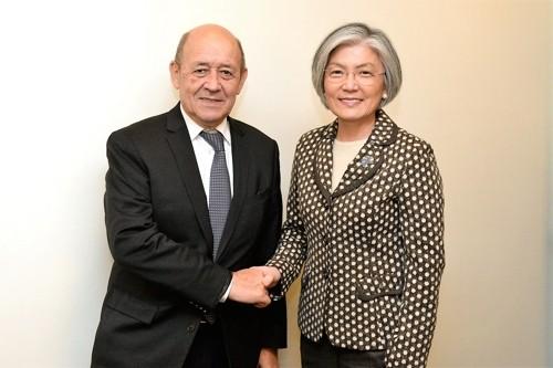 Ngoại trưởng Hàn Quốc Kang Kyung-wha (phả) và Ngoại trưởng Pháp Jean-Yves Le Drian. Ảnh: YONHAP