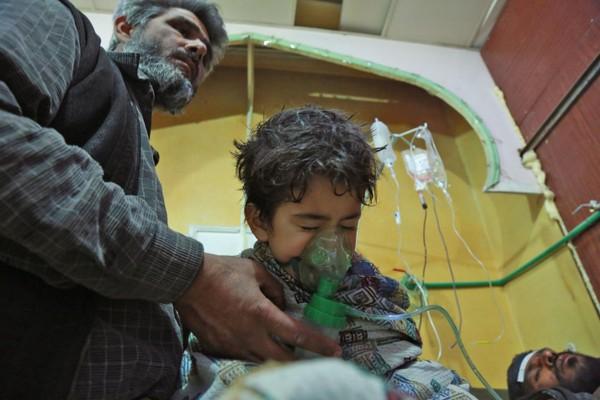 Cấp cứu người dân Đông Ghouta, ngoại ô Damacus (Syria) bị thương trong vụ tấn công vũ khí hóa học ngày 25-2. Ảnh: GETTY IMAGES
