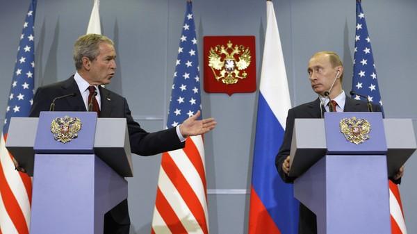 Cựu Tổng thống Mỹ George W. Bush (trái) và Tổng thống Nga Vladimir Putin. Ảnh: REUTERS