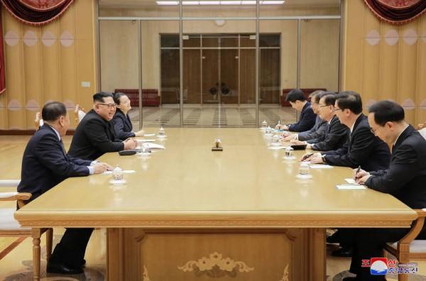 Lãnh đạo Triều Tiên Kim Jong-un (giữa, trái) trong cuộc gặp với phái đoàn cấp cao Hàn Quốc tại trụ sở đảng Lao động Triều Tiên tại Bình Nhưỡng chiều 5-3. Ảnh: KCNA