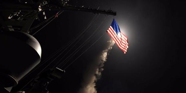 Mỹ nã tên lửa hành trình Tomahawk từ Địa Trung Hải vào Syria ngày 7-4-2017. Ảnh: REUTERS
