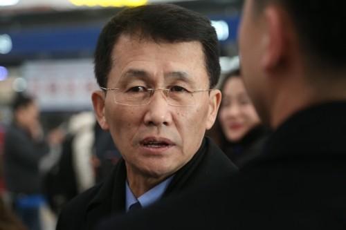 Ông Choe Kang-il tại sân bay quốc tế Bắc Kinh ngày 18-3, trước khi lên chuyến bay đến Phần Lan. Ảnh: YONHAP