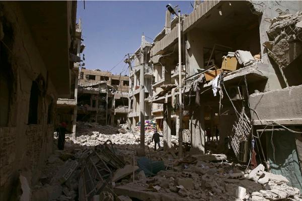Quang cảnh hoang tàn ở thị trấn Douma, Đông Ghouta ngày 21-3. Ảnh: REUTERS