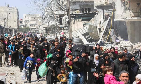 Người dân Đông Ghouta lũ lượt sơ tán vì tránh không kích, giao tranh nguy hiểm giữa quân chính phủ và phe nổi dậy Syria. Ảnh AFP