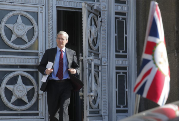 Đại sứ Anh tại Nga Laurie Bristow rời trụ sở Bộ Ngoại giao Nga ở Moscow (Nga) ngày 30-3. Ảnh: REUTERS