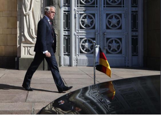 Đại sứ Đức tại Nga Ruediger von Fritsch rời trụ sở Bộ Ngoại giao Nga ở Moscow (Nga) ngày 30-3. Ảnh: REUTERS