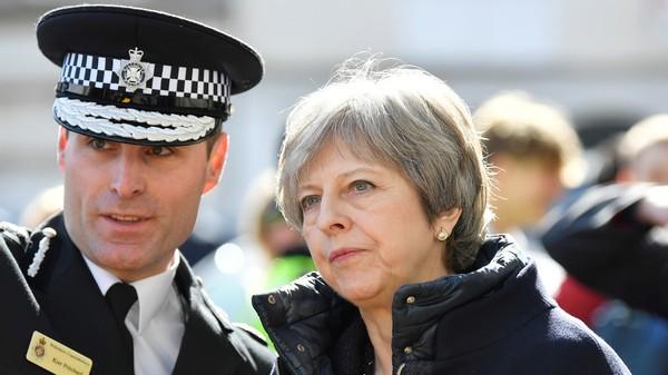 Nữ Thủ tướng Anh Theresa May đến hiện trường đầu độc ở thị trấn Salisbury (Anh). Ảnh: REUTERS