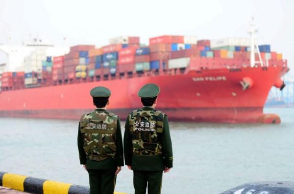 Lính biên phòng Trung Quốc quan sát tàu hàng cập cảng Thanh Đảo tại tỉnh Sơn Đông, ngày 8-3. Ảnh: REUTERS