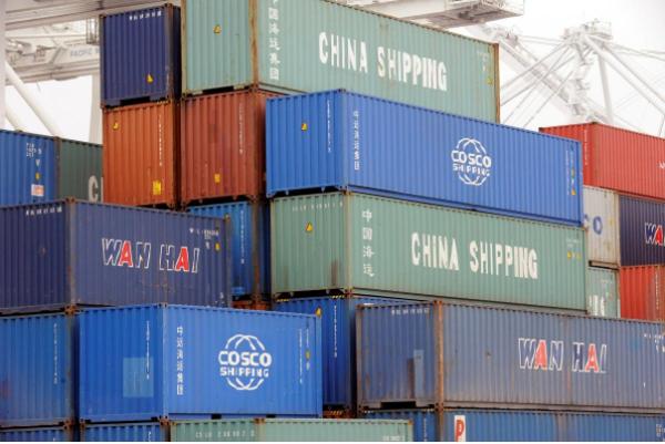 Hàng hóa trên tàu Xin Da Yang Zhou của Trung Quốc tại cảng Pier J at the Port tại Long Beach, California (Mỹ). Ảnh: REUTERS