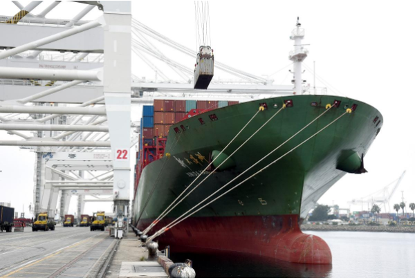 Tàu Xin Da Yang Zhou của Trung Quốc tại cảng Pier J at the Port tại Long Beach, California (Mỹ). Ảnh: REUTERS
