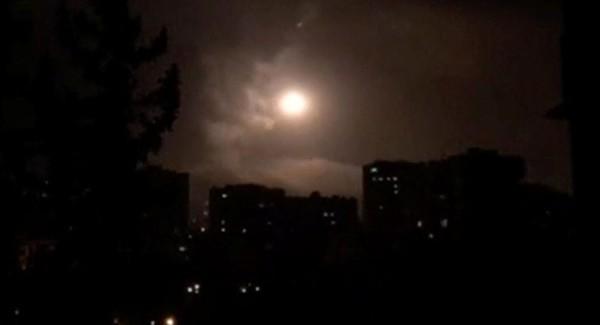 Phòng không Syria chống đỡ tên lửa liên quân Mỹ-Anh-Pháp bắn vào Damascus (Syria) sáng sớm 14-4. Ảnh: REUTERS