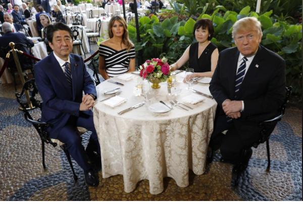 (Từ phải sang): Tổng thống Mỹ Donald Trump, Đệ nhất phu nhân Nhật Akie Abe, Đệ nhất phu nhân Mỹ Melania Trump, Thủ tướng Nhật Shinzo Abe dự tiệc tối tại khu nghỉ mát Mar-a-Lago ở bang Florida (Mỹ) ngày 17-4. Ảnh: REUTERS
