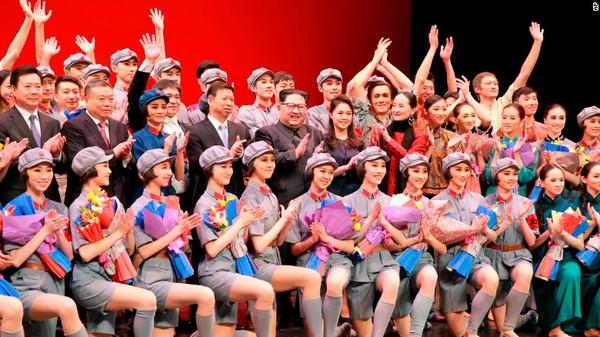 Lãnh đạo Triều Tiên Kim Jong-un (giữa) chụp hình chung với Trưởng ban Đối ngoại đảng Cộng sản Trung Quốc Song Tao và đoàn nghệ thuật Trung Quốc tại Bình Nhưỡng tuần trước. Ảnh: CNN