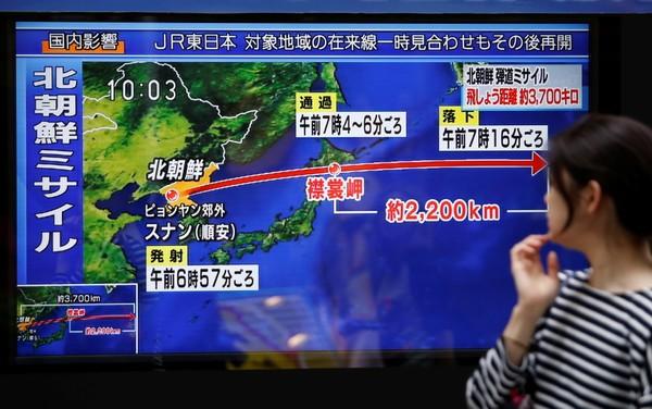 Truyền hình Nhật đưa tin về vụ Triều Tiên bắn tên lửa ngang qua lãnh thổ Nhật ngày 15-9. Ảnh: REUTERS