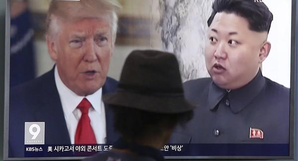 Tổng thống Mỹ Donald Trump (trái) và lãnh đạo Triều Tiên Kim Jong-un trên một bản tin phát tại Hàn Quốc. Ảnh: AP