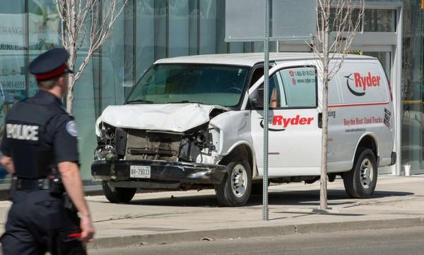 Chiếc xe tải màu trắng móp méo sau khi được sử dụng gây án. Ảnh: REUTERS