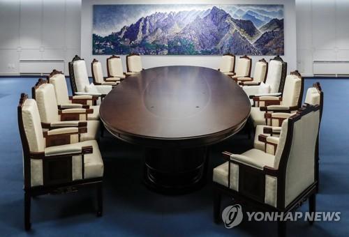 Một bộ bàn họp hình bầu dục mới được đặt vào trung tâm phòng họp chính của Nhà Hòa Bình – thuộc phía Hàn Quốc ở làng Bàn Môn Điếm, nơi sẽ diễn ra cuộc gặp thượng đỉnh giữa Tổng thống Hàn Quốc Moon Jae-in và lãnh đạo Triều Tiên Kim Jong-un. Ảnh: YONHAP