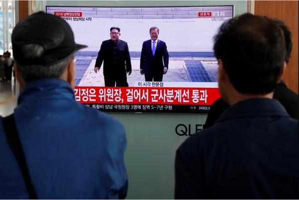 Truyền thông Hàn Quốc đưa tin về cuộc gặp thượng đỉnh liên Triều ngày 27-4. Ảnh: REUTERS