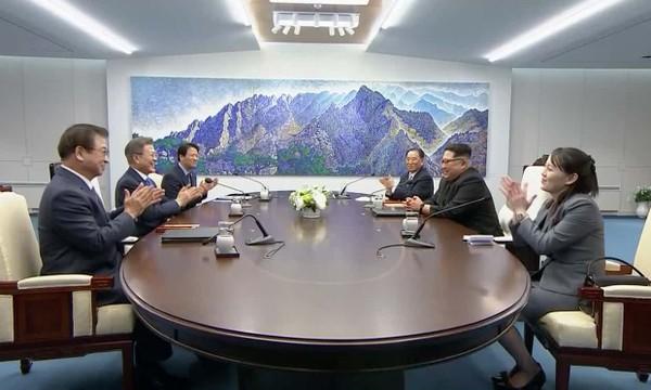 Tổng thống Hàn Quốc Moon Jae-in (giữa, trái) và lãnh đạo Triều Tiên Kim Jong-un (giữa, phải) trong cuộc gặp thượng đỉnh sáng nay 27-4 tại Nhà Hòa Bình ở Bàn Môn Điếm. Ảnh: REUTERS