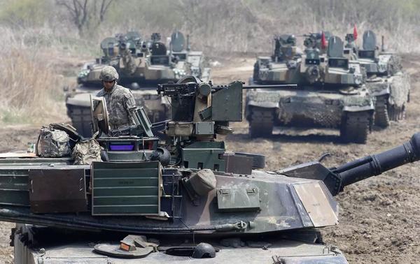 Lính Mỹ trên xe tăng M1A2 trong một cuộc tập trận chung với quân đội Hàn Quốc ở tỉnh Paju, gần biên giới Triều Tiên, ngày 15-7-2017. Ảnh: AP