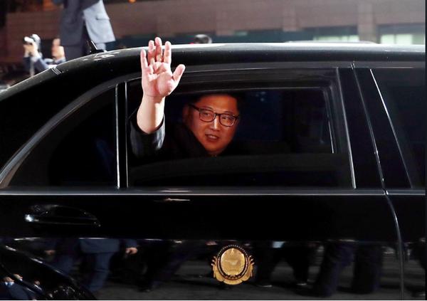 Lãnh đạo Triều Tiên Kim Jong-un chào tạm biệt Tổng thống Hàn Quốc Moon Jae-in trước khi lên đường về lại Triều Tiên sau khi sang biên giới Hàn Quốc dự cuộc gặp thượng đỉnh ngày 27-4. Ảnh: REUTERS