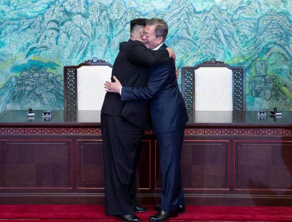 Lãnh đạo Triều Tiên Kim Jong-un (trái) và Tổng thống Hàn Quốc Moon Jae-in trong cuộc gặp thượng đỉnh ngày 27-4. Ảnh: REUTERS