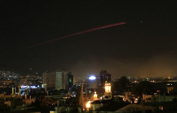 Tên lửa liên quân Mỹ-Anh-Pháp nã tên lửa Tomahawk vào Syria tối 14-4. Ảnh: AFP