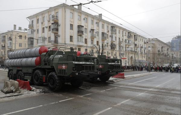 Hệ thống tên lửa phòng thủ S-400 của Nga trong lễ diễu binh kỷ niệm 75 năm trận chiến Stalingrad thời thế chiến thứ hai, tại TP Volgograd (Nga) ngày 2-2. Ảnh: REUTERS