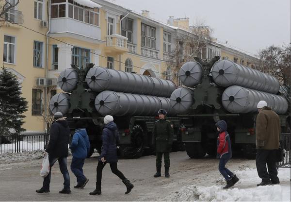 Người dân Nga quan sát tên lửa phòng thủ S-400 của Nga trong lễ diễu binh kỷ niệm 75 năm trận chiến Stalingrad thời thế chiến thứ hai, tại TP Volgograd (Nga) ngày 2-2. Ảnh: REUTERS