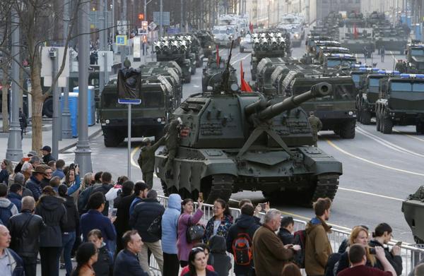 Xe quân sự Nga trong buổi tập cho lễ diễu binh mừng Ngày Chiến thắng ở Moscow (Nga) ngày 3-5-2017. Ảnh: REUTERS