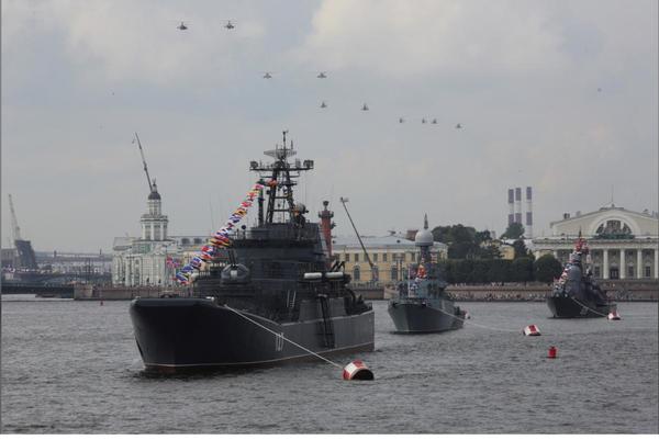 Trực thăng quân sự và tàu chiến thuộc Hạm đội Baltic của Nga trên sông River trong buổi tập cho lễ diễu binh mừng Ngày Hải quân của Nga ở TP St. Petersburg (Nga) ngày 28-7-2017. Ảnh: REUTERS