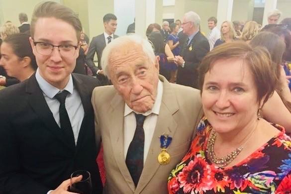 Nhà khoa học Goodall nhận huân chương Order of Australia năm 2016, vì những đóng góp của ông cho khoa học. Ảnh: GOFUNDME