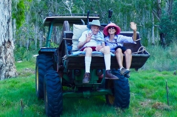 Cụ Goodall trên xe tải đi thăm một dự án sinh thái ở Úc. Ảnh: GOFUNDME