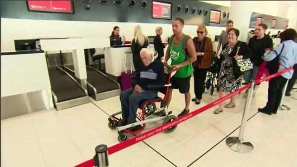 Cụ Goodall và gia đình tiễn biệt tại sân bay Perth (Úc) trước khi cụ lên đường sang Thụy Sĩ ngày 2-5. Ảnh: 9NEWS