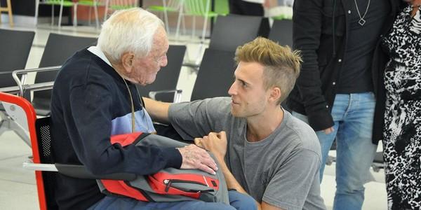 Nhà khoa học Úc David Goodall (trái) tạm biệt cháu trai tại sân bay Perth ở Úc ngày 2-5 trước khi lên máy bay tìm đường sang Thụy Sĩ. Ảnh: EPA