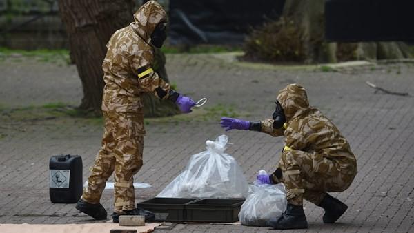 Các nhà điều tra tại hiện trường vụ đầu độc cha con cựu điệp viên Skripal ở thị trấn Salisbury (Anh). Ảnh: IRISH EXAMINER
