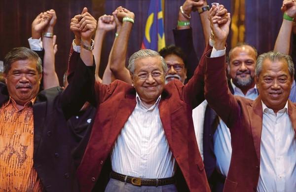 Cựu Thủ tướng Mahathir Mohamad (giữa) sẽ một lần nữa nhậm chức Thủ tướng Malaysia sau khi đánh bại ông Najib Razak trong cuộc tổng tuyển cử ngày 9-5. Ảnh: REUTERS