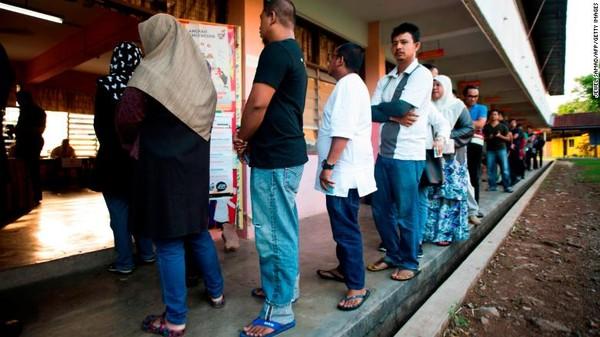 Người dân Malaysia đi bỏ phiếu trong ngày tổng tuyển cử thứ 14 ngày 9-5. Ảnh: CNN