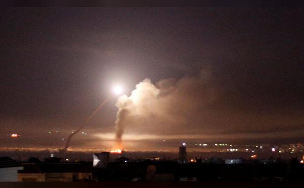 Tên lửa được nhìn thấy trên bầu trời Damacus (Syria) sáng sớm 10-5. Ảnh: REUTERS