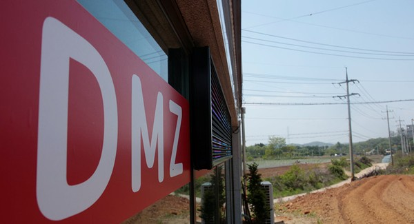 Một công ty bất động sản ở Munsan (Hàn Quốc) treo bảng quảng cáo bất động sản ở làng Bàn Môn Điếm trong khu phi quân sự liên Triều. Ảnh: REUTERS